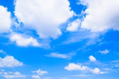 Cielo blu con il fondo bianco 180930 delle nuvole fotografia stock libera da diritti