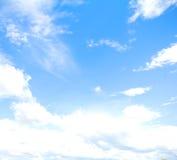 Cielo blu con il fondo dell'estratto della nuvola Fotografie Stock Libere da Diritti
