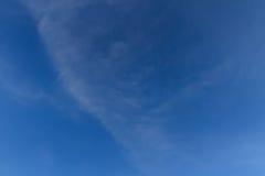 Cielo blu con il fondo della nuvola fotografie stock libere da diritti