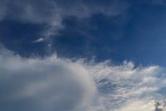 Cielo blu con il fondo della nuvola fotografia stock libera da diritti