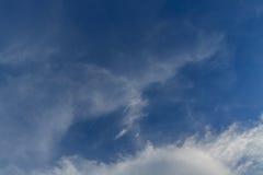 Cielo blu con il fondo della nuvola immagine stock libera da diritti