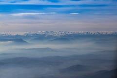 Cielo blu con il fondo delle montagne e delle nuvole Fotografia Stock Libera da Diritti