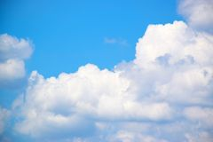 Cielo blu con il fondo 171018 0169 delle nuvole Immagine Stock