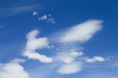 Cielo blu con il primo piano della nube fotografie stock