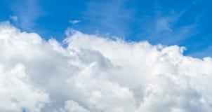 Cielo blu con il primo piano della nube Immagine Stock
