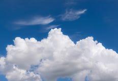 cielo blu con il primo piano delle nuvole per fondo o la natura c del backgrop Immagini Stock