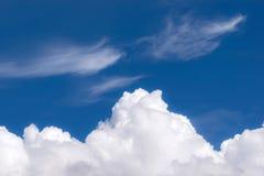 cielo blu con il primo piano delle nuvole per fondo o la natura c del backgrop Fotografie Stock