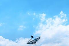 Cielo blu con il riflettore parabolico Fotografie Stock