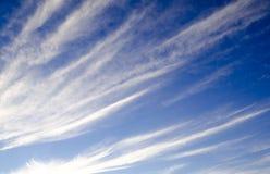 Cielo blu con il vento II delle nuvole fotografie stock libere da diritti