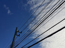 Cielo blu con la linea di elettricità Immagine Stock