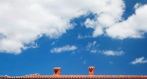 Cielo blu con la linea rossa del tetto Fotografia Stock Libera da Diritti
