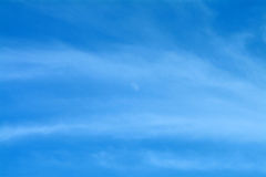 Cielo blu con la luna & le nubi Wispy fotografie stock