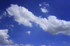 Cielo blu con la nube bianca fotografie stock