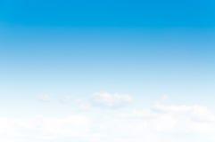 Cielo blu con la nuvola con luce del giorno del fondo, composizione naturale nel cielo Fotografie Stock