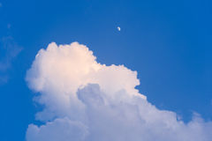 Cielo blu con la nuvola e la luna Fotografia Stock