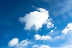 Cielo blu con la nuvola lanuginosa Immagini Stock Libere da Diritti