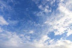 Cielo blu con la priorità bassa delle nubi fotografie stock
