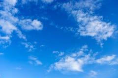 Cielo blu con la priorità bassa delle nubi fotografia stock libera da diritti