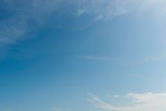 Cielo blu con la priorità bassa delle nubi Fotografie Stock Libere da Diritti