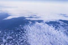 Cielo blu con la priorità bassa delle nubi vista dalla finestra di un airp Immagini Stock Libere da Diritti