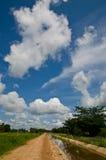 Cielo blu con la strada locale Immagini Stock