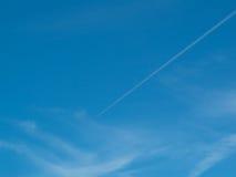 Cielo blu con la traccia del vapore Fotografia Stock