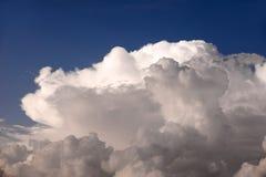 Cielo blu con le belle grandi nuvole Fotografia Stock