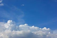 Cielo blu con le belle nubi Fotografia Stock Libera da Diritti
