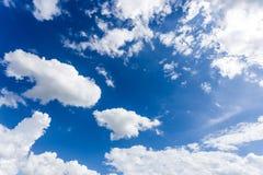 Cielo blu con le carte da parati del fondo delle nuvole Fotografia Stock