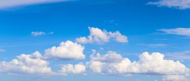 Cielo blu con le nubi Fotografia Stock