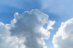 Cielo blu con le nubi immagine stock