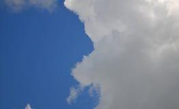 Cielo blu con le nubi fotografie stock libere da diritti
