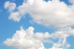 Cielo blu con le nubi bianche Fotografia Stock Libera da Diritti