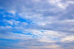 Cielo blu con le nubi bianche Immagini Stock