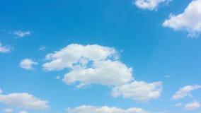 Cielo blu con le nubi bianche archivi video
