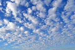 Cielo blu con le nubi bianche fotografie stock