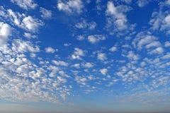 Cielo blu con le nubi bianche fotografia stock