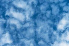 Cielo blu con le nubi bianche fotografie stock libere da diritti