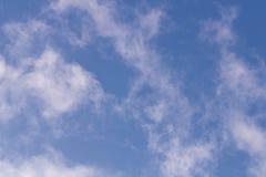Cielo blu con le nubi bianche Inverno Fondo immagini stock libere da diritti
