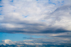Cielo blu con le nubi cumulonimbus Fondo, natura immagini stock