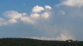 Cielo blu con le nubi e la luna Immagini Stock Libere da Diritti
