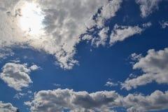 Cielo blu con le nubi ed il sole Fotografie Stock Libere da Diritti