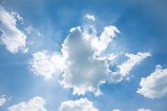 Cielo blu con le nubi ed il sole Immagini Stock Libere da Diritti