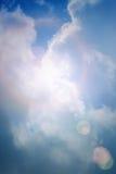 Cielo blu con le nubi ed il sole Immagine Stock