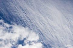 Cielo blu con le nubi lanuginose Fotografie Stock Libere da Diritti