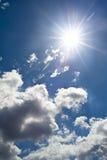 Cielo blu con le nubi - Sun caldo immagine stock