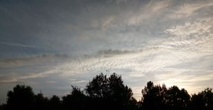 Cielo blu con le nuvole in Arad, Romania fotografia stock