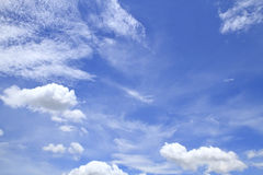Cielo blu con le nuvole belle in natura Fotografia Stock