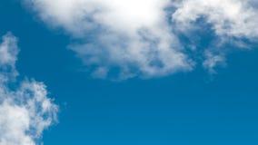 Cielo blu con le nuvole bianche di bellezza immagine stock