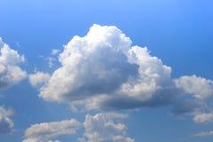 Cielo blu con le nuvole bianche gonfie nel chiaro giorno soleggiato luminoso fotografia stock libera da diritti